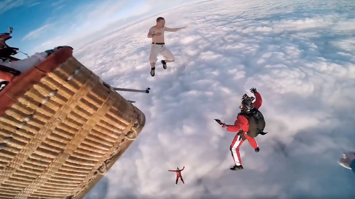 Fearless Skydiver Threw Parachute image 3
